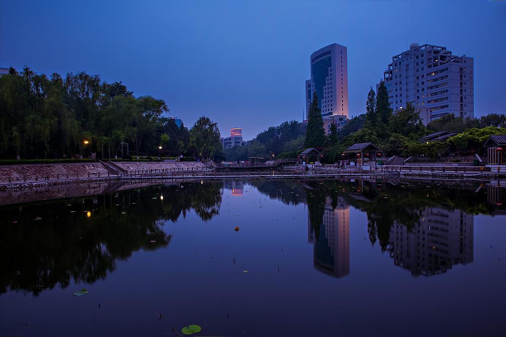 夜拍:郑州紫荆山公园东湖