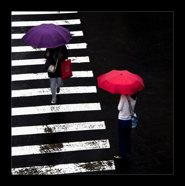 两个打伞的人