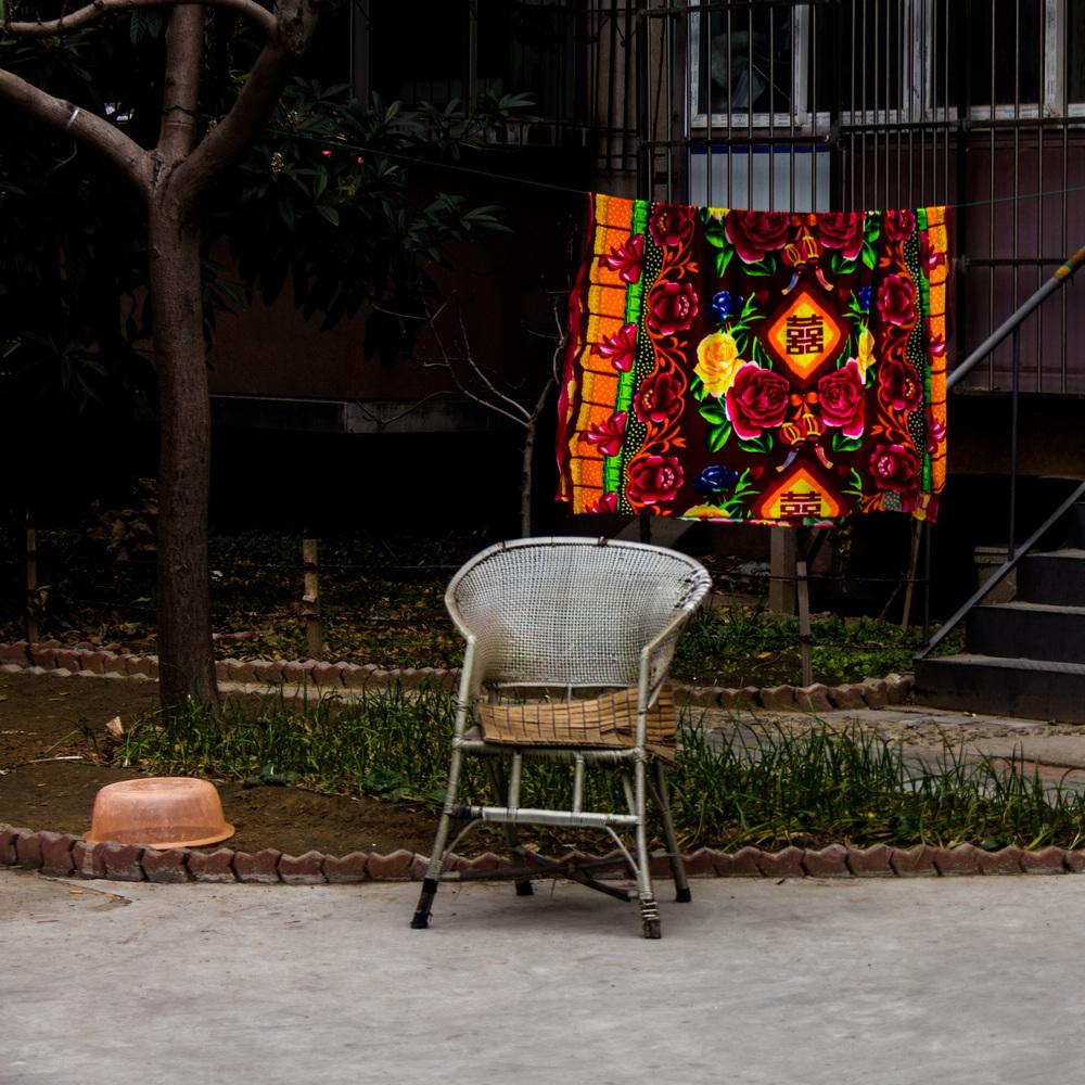 被单、藤椅和盆子