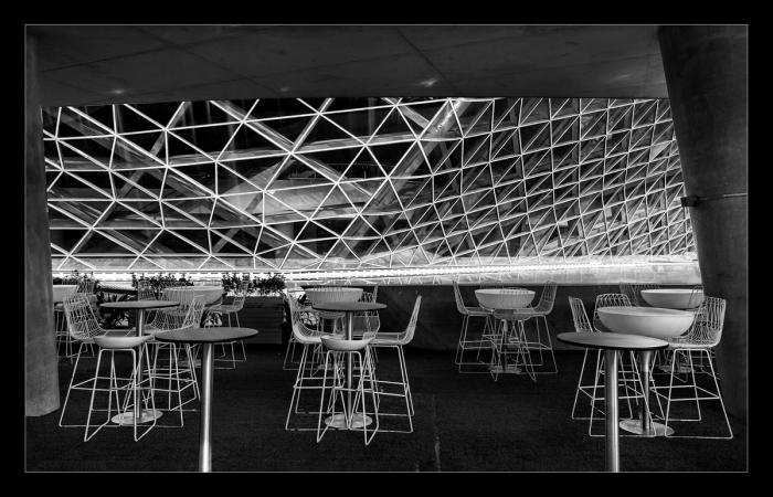 白色的茶台和椅子