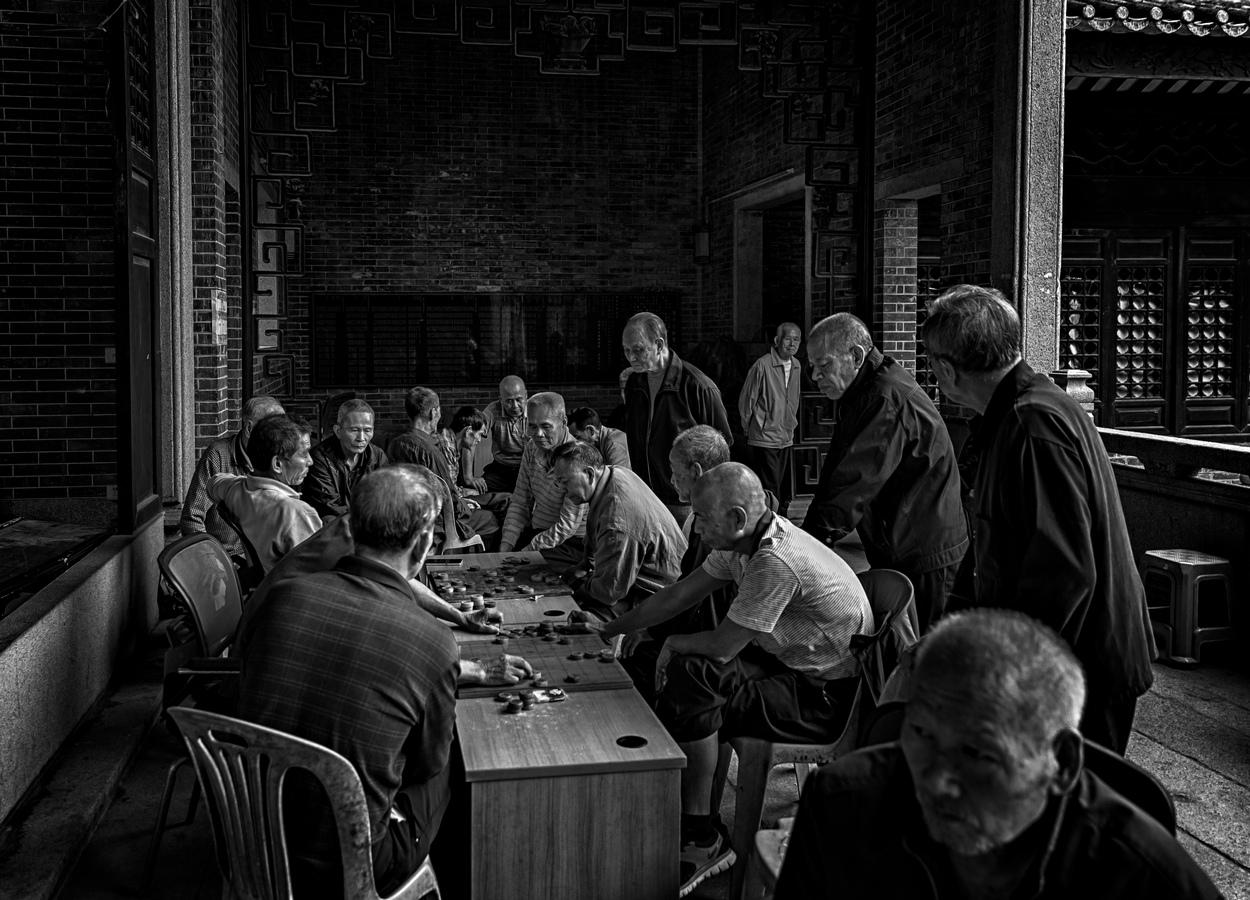 小洲村祠堂里的老人们
