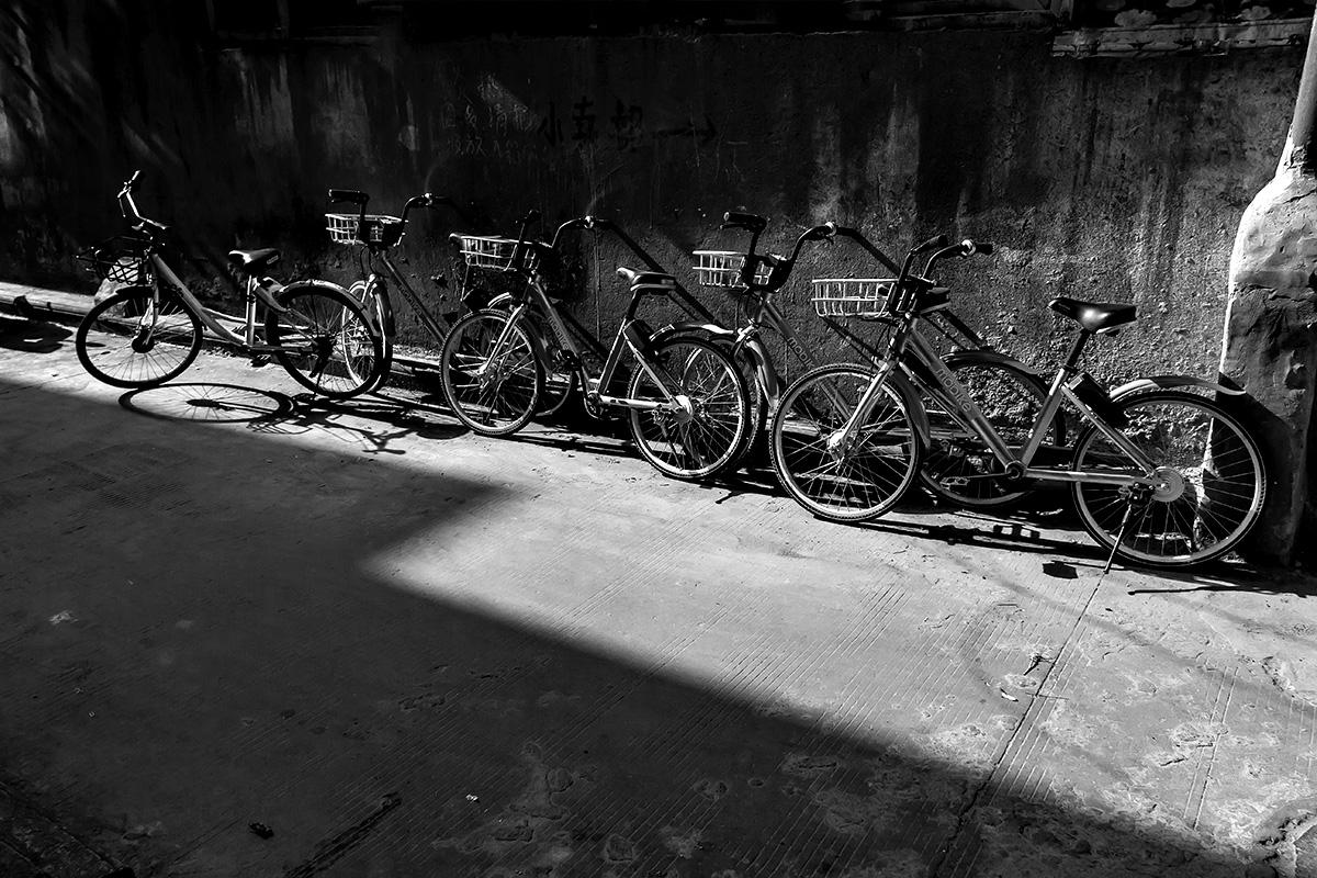 小巷子里的共享单车