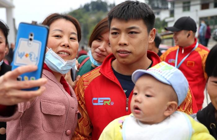 奥运冠军谌利君,与汽车拉力赛的队友回家乡。